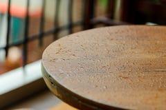 Wod krople na drewnianym powierzchnia stole - kropelki raindrop T?o obraz royalty free