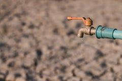 Wod krople na suchej ziemi Zdjęcie Royalty Free