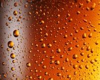 Wod krople nad piwnym szkłem Zdjęcia Royalty Free