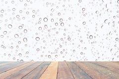 Wod krople, Podeszczowe kropelki na białym tle i pusty drewniany biurko, Pusta przestrzeń dla teksta i wizerunków fotografia stock