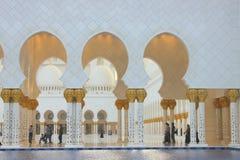 Wod lustra i kolumny Sheikh Zayed meczet Zdjęcia Stock