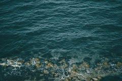 Wod przerwy na skałach obraz stock