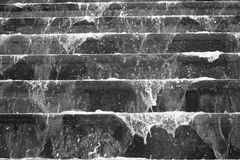 Woda bieżąca nad antycznymi schodkami Obrazy Stock