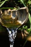 Woda biegająca przez bambusa Obrazy Stock