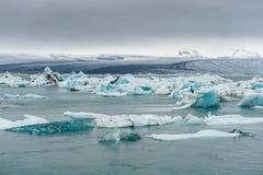 Woda i góra lodowa w Jokulsarlon lodowa lagunie Góra w tle Zdjęcie Royalty Free