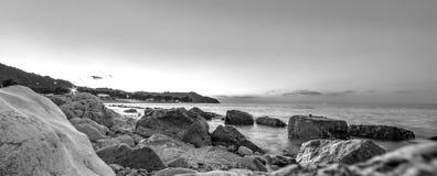Woda i skały Morze krajobraz w czarny i biały Zdjęcia Stock
