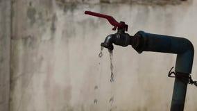 Woda jest przepuszczająca wolno i płynąca od starego faucet zdjęcie wideo