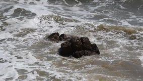 Woda morska jest łamana na kamieniach zbiory