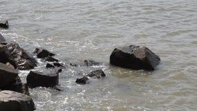 Woda morska jest łamana na kamieniach zdjęcie wideo