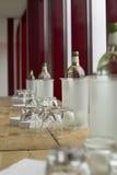 Woda na drewnianym stole z czerwonym tłem obraz royalty free