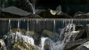 Woda na siklawy dzikich przepływach zestrzela skały zdjęcie wideo