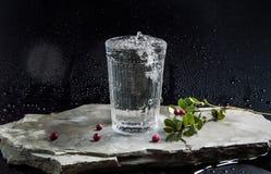 Woda nalewa w zlewkę na ciemnym tle Obrazy Royalty Free