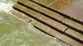 Woda od dennego domycia nad krokami cegły zbiory
