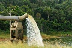 Woda od odcieku W produkci woda obraz stock