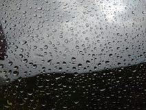 Woda opuszcza na szkle po deszczu zamazujący tło Zdjęcie Stock