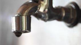 Woda opuszcza obcieknięcie od starego brakowego faucet makro- zdjęcie wideo