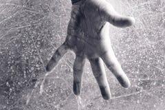 Woda płynie przez mężczyzna ręki Mężczyzna zaciska jego rękę w pięści rękę w górę obraz stock