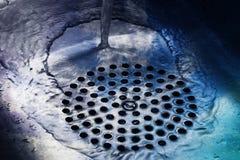 Woda płynie przy dnem kuchenny zlew obraz stock