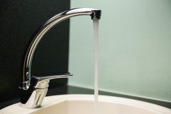 Woda płynie w zlew zamkniętego w górę zdjęcia royalty free