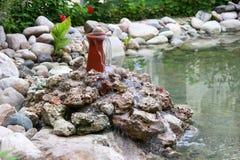Woda płynie od fontanny na kamieniach Zdjęcia Royalty Free