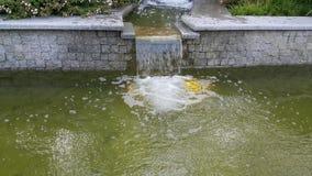 Woda płynie przez granitowych kroków Obraz Stock