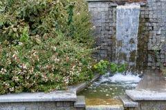 Woda płynie przez granitowych kroków Obraz Royalty Free