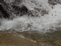 Woda płynie w rzece obrazy royalty free