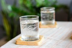 Woda pitna z lodowym szkłem Obrazy Stock