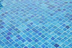 Woda pluskocząca w błękit płytki pływackim basenie Obraz Stock