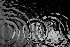 Woda pluskocze od kropli woda w zmroku Fotografia Stock