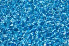 Woda pluskocze teksturę w pływackim basenie Zdjęcie Stock