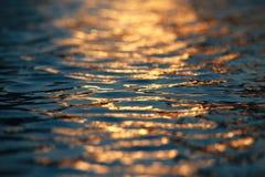 Woda Pluskocze zmierzch zdjęcia stock