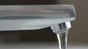 Woda pod słabym naciskiem płynie od wodnego klepnięcia zdjęcie wideo