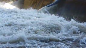 Woda przechodzi przez tamy zbiory wideo