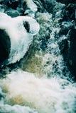 Woda przepływy nad stronniczo marznącą Górną kataraktą Spadają w wiejskim Indiana Fotografia Stock