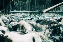 Woda przepływy nad stronniczo marznącą Górną kataraktą Spadają w wiejskim Indiana Obrazy Stock