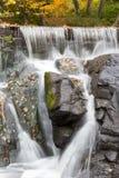 Woda przepływy przy polowanie młynu tamą w Seekonk Massachusetts zdjęcie stock