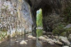 Woda przez kamiennego tunelu Obrazy Stock