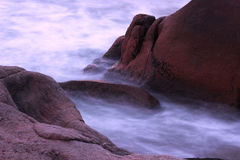 Woda przez skał Zdjęcia Stock