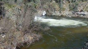 Woda przy dnem kaskada w skalistych górach zbiory