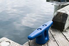 Woda przy molem z błękit kotwicą Zdjęcia Royalty Free