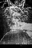 Woda spada i tworzy wzór na cemencie Obraz Stock