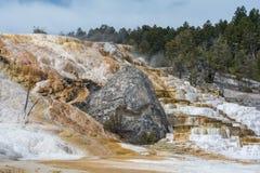 Woda spada kaskadą puszka Mamoth Gorących wiosen tarasy obrazy stock