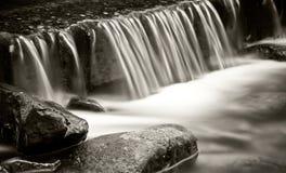 Woda spada w małej rzece Obraz Stock
