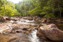 Woda spadków kaskada na Tropikalnym lesie Obraz Stock