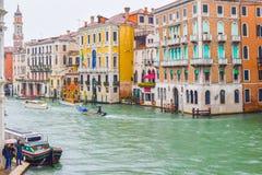 Woda taxis/taxi taksówki i inne łodzie żegluje między kolorowymi gothic Weneckimi budynkami na deszczowym dniu na Grand Canal, We zdjęcia royalty free