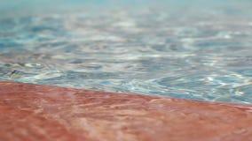 Woda w basenie blisko brzeg z płytką zdjęcie wideo