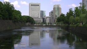 Woda w fosie odbija budynki w Tokio zbiory