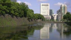 Woda w fosie odbija budynki w Tokio zbiory wideo