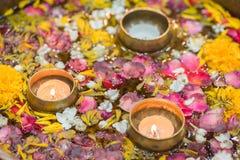 Woda w pucharze mieszającym z świeczką i kwiatami koronowymi dla Songkran obraz royalty free